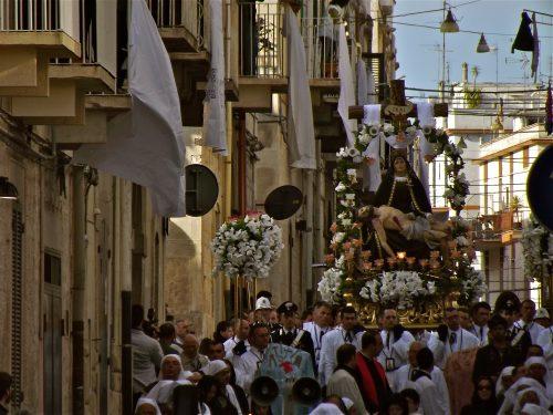 Sabato Santo: la Pietà chiude i riti penitenziali. Domani la Città si risveglierà gioiosa.