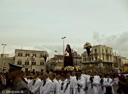 Le foto delle processioni del Venerdì Santo a Ruvo di Puglia: il Cristo Morto in Cattedrale e i Misteri