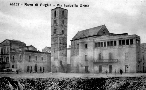 Ruvo di Puglia (Ba), Via Isabella Griffi dopo la ricostruzione del palazzo vescovile. Si intravedono le scalette per l'accesso al campanile.