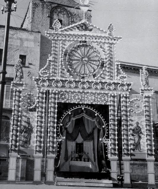 Altare allestito in Piazza Castello negli anni 60