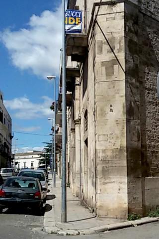 """Uno degli ultimi """"segni"""" del periodo fascista rimasti sul prospetto di un palazzo ad angolo tra via Roma e via Rondinella. Si legge dall'alto in basso la scritta REX DUX (nella foto è visibile solo quest'ultima)."""