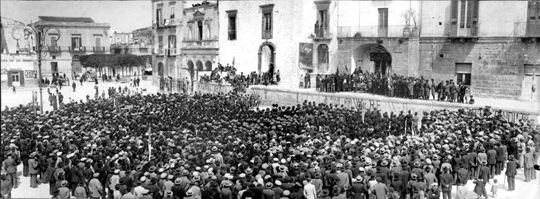 Adunata fascista in piazza Regina Margherita (oggi piazza Matteotti) - tratta dal Calendario 2015 della Pro Loco di Ruvo di Puglia (archivio fotografico F.P. Paparella)