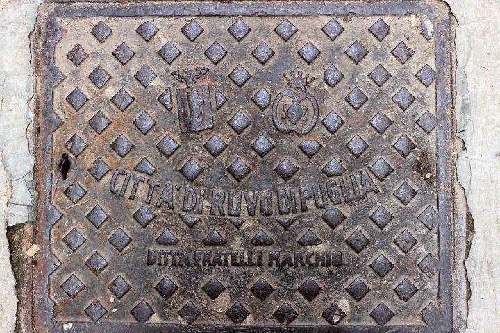 Il simbolo del PNF e del comune di Ruvo su un chiusino in via Madonna